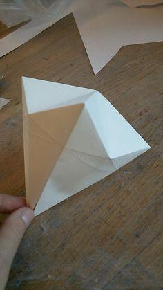 Vandaag heb ik met papier een diamant gevouwen. Daarna heb gekeken hoe ik het ga maken van metaal. Ik heb het gevouwen Door middel van een youtube filmpje die het voor deed. Ik ga de volgende les kijken hoe ik het in metaal ga maken en ook meteen proberen te solderen.