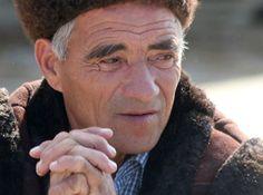 """Viktor* um cristão que vive numa pequena aldeia da Ásia Central e tem um comércio de produtos alimentícios para animais. Um dia ele foi parar na prisão, onde conheceu a Palavra de Deus. Durante suas leituras, elese deparou com a questão da vida eterna. """"Eu desejei viver eternamente, muito mais do que desejava ser liberto …"""