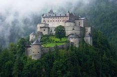 Замок Хоэнверфен, Австрия. Построен в 1075—1078 году.