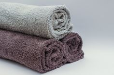 Got smelly towels? Learn how to remove that lingering musty smell from towels easily and inexpensively! Say goodbye to mildew on your towels! Smelly Towels, Old Towels, Bath Towels, Bathroom Towels, Bath Mat, House Cleaning Tips, Spring Cleaning, Cleaning Hacks, Cleaning Supplies