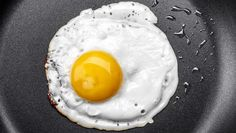Chefs Swear By This Trick For Perfect Fried Eggs Special Recipes, Great Recipes, Perfect Fried Egg, Chefs, Sunnyside Up Eggs, How To Make Eggs, Yema, My Coffee Shop, Food Hacks