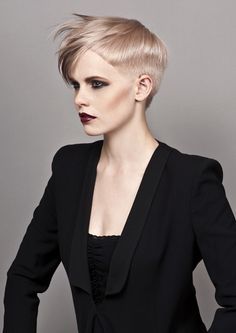 Short cut and if worn differently could great a much softer style. Great for the very blonde and darker hair alike! Edgy Haircuts, Pixie Hairstyles, Short Hairstyles For Women, Short Hair Cuts, Short Hair Styles, My Hairstyle, Creative Hairstyles, Hair Photo, Makeup Trends