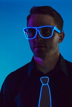 Light-Up Glasses: Rave Glow sunglasses w/ clear lenses & blue led el wire lights, el wire wayfarer, aviators glow sunglasses High School Fashion, Ray Ban Sunglasses, Cartier Sunglasses, Streetwear, Neon Party, Wearable Technology, Trends, Models, Couture
