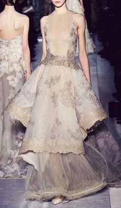 Le A la Mode — couture-leads-my-world: Valentino - Couture. Style Haute Couture, Couture Fashion, Runway Fashion, Spring Couture, Valentino Couture, Valentino Dress, Valentino Paris, Fashion Details, Look Fashion