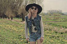 1 pièce, 10 styles x Sud Express : Laure du blog Grunge Manners porte le petit pull en lin Sud express