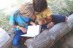 Neugier und Wissensdurst entstehen durch Fragen. Aus der aktuellen Debatte rund um Erziehung und Bildung wissen wir was Kinder brauchen damit aus ihnen aktive Forscher & Entdecker werden (oder bleiben). Doch so manche unserer Gewohnheiten in der Begleitung unserer Kinder lässt genau das Gegenteil geschehen. Dadurch töten wir die natürliche Neugier - die der Kinder und unsere gleich mit.