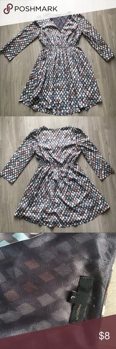 Long-sleeve Gray Pattern Dress - Size L Long sleeve Gray Dress with peach, light turquoise and white diamond pattern. Polyester material. Loose and flowy at the bottom. V-neck at the top with stretch waistband. Hits above the knee. Size L. Dresses Long Sleeve