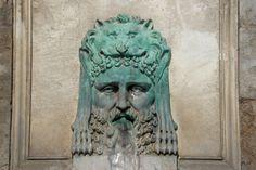 Fontaine place de la République, à Arles. Masque d'Hercule.