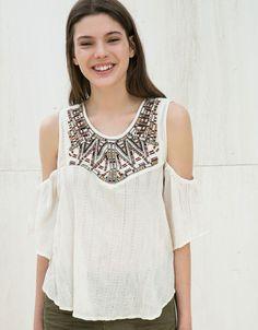 Schulterfrei Bluse mit besticktem Kragen. Entdecken Sie diese und viele andere Kleidungsstücke in Bershka unter neue Produkte jede Woche
