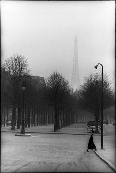 paris, 1954 photo by henri cartier-bresson/magnum photos, from henri cartier-bresson: the modern century dark, dramatic and very good angle and it creates a nice atmosphere. Paris 3, Old Paris, Vintage Paris, Paris France, Paris Winter, Henri Cartier Bresson, Candid Photography, Vintage Photography, Street Photography