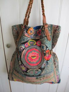 Multi color tote bag in boho style. The cloth used is amazing! Mode Hippie, Hippie Chic, Hippie Style, Bohemian Style, Boho Chic, Bohemian Bag, Bohemian Fabric, Ibiza Style, Casual Chic