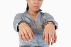 Тешко болесна жена ухапшена због уља канабиса - http://www.vaseljenska.com/wp-content/uploads/2016/05/Hapšenje-Žena-Profimedia-1_1000x0.jpg  - http://www.vaseljenska.com/vesti-dana/tesko-bolesna-zena-uhapsena-zbog-ulja-kanabisa/