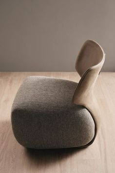 When Ergonomics Meets Simplicity Noa, the Amura armchair inspired by the soft shapes of flowers Noa, the Amura armchair inspired by the soft shapes of flowers Diy Furniture Renovation, Diy Furniture Cheap, Diy Furniture Hacks, Bedroom Furniture Design, Furniture Legs, Furniture Makeover, Modern Furniture, Garden Furniture, Futuristic Furniture