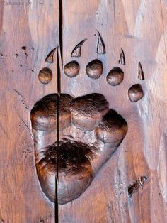 I love this idea! paw print carving Holzschnitzen , I love this idea! paw print carving I love this idea! Wood Sculpture, Sculptures, Wood Projects, Woodworking Projects, Log Home Designs, Bear Paws, Wood Creations, Reno, Log Homes