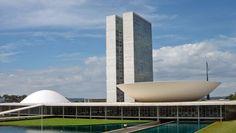 Brasília, 1957  Enquanto o amigo e ex-patrão Lucio Costa desenvolvia o plano urbano da nova capital do país, Niemeyer foi escolhido por Juscelino Kubitschek para traçar e erguer os edifícios governamentais em Brasília. Começou em 1956 com o Catetinho, a residência provisória do presidente da república, e seguiu, já em 1957, com o Palácio da Alvorada, o Congresso Nacional, o Teatro Nacional, o Supremo Tribunal Federal, o Palácio do Planalto, a Praça dos Três Poderes e a Catedral de Brasília.