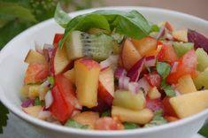 Nämä nopsat ja raikkaat salaatit sopivat hyvin esimerkiksi grillattujen ruokien lisäkkeiksi. TUORESALSA 2 tomaattia 2 kiiv...