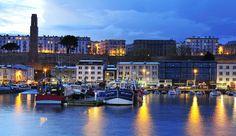 Le Port de Commerce de Brest au pied de la ville de Brest, coupée de de ses deux espaces portuaires naturels (le 'Port de Co' et la Penfel(d) en haut des remparts. Le 'port de co' est pourtant devenu en quelques années un des centres les plus actifs de la cité. Alors, la Penfeld, qui n'est plus guère utile à la Marine du XXIè siècle !!!
