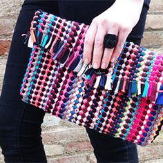 Step by step tut on how to make a cute lined clutch bag out of a 2€ bazar rug. (In English and Spanish)
