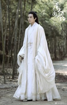 5 Dress Styles That Will Make You Look Thinner. While particular ladies wear products you see on the runway might look terrific on models, they might not look great on every woman. Chinese Traditional Costume, Traditional Dresses, Hanfu, Historical Costume, Historical Clothing, Song Wei Long, Fantasy Art Men, Ferrat, Chinese Clothing