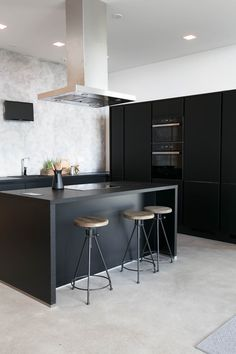 Mikkelin Asuntomessut: MinunVALO | Modernisti kodikas | Idealista Keittiömaa, Noblesse Kitchen Dinning Room, New Kitchen, Kitchen Decor, Grey Kitchens, Cool Kitchens, Black And Grey Kitchen, Rooms Ideas, Küchen Design, Interior Design Kitchen