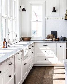 Modern farmhouse kitchen goals... #marbleinspo #interiordesign #homegoals #designlife #kitcheninspo #carrarawhite #modernfarmhousestyle