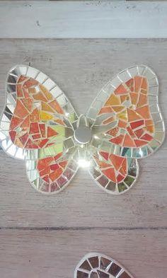 Original Perchero de espejo de mosaico policromo y cristal naranja / o invierte, con base de madera y cromado perilla acero. Medir diámetro aprox 23 cm Disponible en otros colores sobre pedido: blanco, morado, rosa, azul, naranja y rojo. Envío en Italia € 10,00, la segunda pieza es gratis.