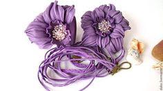 Комплект из кожи (брошь,браслет, шнурок ) Цвет- сиреневый БРОШЬ  Диаметр цветка - 8 см. БРАСЛЕТ Размер цветка: 7 см Ширина браслета: 2,7 см Размер браслета: универсальный Длина шнурка: 68см. + 12 см. удлинительная цепочка Материалы: натуральная кожа, жемчуг, бусины. Крепление: на цветке крепление универсальное - клипса и съемная брошечная булавка (это позволяет закрепить цветок  на шнурке, одежде, сумке, поясе, тонком ободке так, как Вам удобно. Все зависит от настроения и образа )…