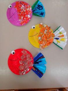 fond sous marin, poisson à réaliser avec de la peinture , éventail pour la queue et papier alu pour les écailles .