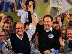 O candidato do PSDB à Prefeitura de São Paulo, João Doria, comemora a vitória no primeiro turno das eleições ao lado do governador Geraldo Alckmin (Foto: Nelson Antoine/Frame/Estadão Conteúdo)