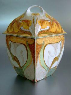 Rozenburg, Den Haag, Samuel Schellink, 1902: a rare eggshell porcelain bonbonnière with a domed cover, model 132 | Art nouveau | JV