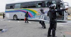 Estos hechos ocurridos el día de ayer en la carretera federal Tixtla-Chilpalcingo, esto en Guerrero en las inmediaciones de la caseta de cobro, en donde este vídeo grabado por uno de los estudiantes normalistas de Ayotzinapa que iba abordo de uno de los autobuses, nos muestra el preciso momento en que estaban siendo perseguidos por un gran convoy de policías federales y estatales en camionetas para darles alcance y empezar a golpear los camiones, quebrar los vidrios de las ventanas y…