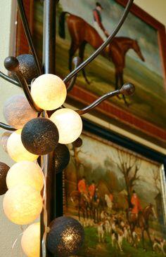 ghirlanda luminosa realizzata con fili di cotone intrecciati a mano