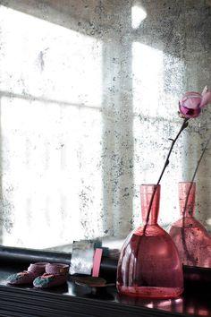 Detail im Wohnzimmer: Auf dem Kaminsims ist eine rote Glasvase von Michael Ruh zu Kinderschuhen von Bu and the Duck arrangiert. OCHRE