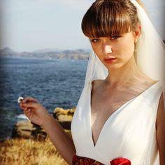 Red inspiration  @whitegatache #red #hermes #madeinspain #modanovias #vestidosdenovia #historiasdeamor #love #millenials #bodas #altacostura #hautecouture #weddingdress #weddingplanner #weddingonline #online #shoponline #autum #women #natural #vintage #white #bridal #bride