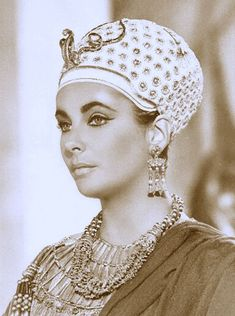 Elizabeth Taylor in Cleopatra Classical Hollywood Cinema, Hollywood Icons, Vintage Hollywood, Hollywood Stars, Classic Hollywood, Elizabeth Taylor Cleopatra, Elizabeth Taylor Movies, Queen Elizabeth, Joseph L Mankiewicz