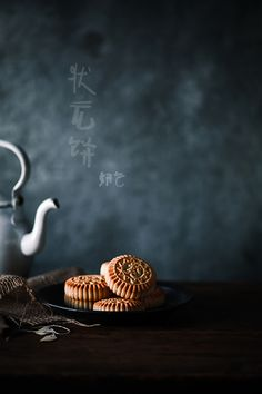状元饼 Cupcake Photography, Dark Food Photography, Pavlova, Chinese Moon Cake, Baking For Beginners, Baking Logo, Valentines Baking, Food Flatlay, British Baking