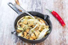 Pitkien pyhien aikaan ehtii syödä muutakin kuin liharuokia. Testaa kevyttä, nopeaa ja maukasta tofu-kiinankaalipaistosta. Iron Pan, Tofu, I Love Food, Paella, Vegetarian, Chicken, Meat, Ethnic Recipes, Dutch Oven