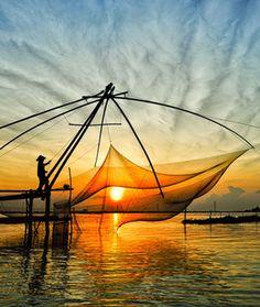 Le Vietnam est un pays splendide dont la silhouette géographique dessine la forme d'un dragon, symbole de force et de bienfaits en Extrême-Orient. Là, tout n'est que rizières noyées sous le soleil, haies de bambous et chapeaux coniques, images d'une Asie éternelle, miraculeusement préservée, vibrante et authentique. De la baie d'Hạ Long au delta du Mékong, de Hanoi, la capitale à l'architecture coloniale préservée, à Hồ Chí Minh-Ville, la grande cité du Sud, c'est une découverte…