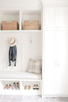 Beautiful and bright mudroom. This is our kind of orga - Dreckschleuse Kinder Küchen Design, Home Design, Design Ideas, Mudroom Laundry Room, Mudroom Cabinets, Storage Cabinets, Closet To Mudroom, Entryway Storage Cabinet, Mudroom Cubbies