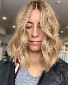 The thing about a middle part hairstyle is when styled with the right wave pattern, it frames the face. That's one way to boost your beauty! Middle Part Haircut, Middle Part Bangs, Middle Part Hairstyles, Middle Parts, Hairstyles For Round Faces, Latest Hairstyles, Cute Hairstyles, Blunt Haircut, Lob Haircut