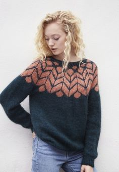 Sweater with folding and patterned carrier - Knit yarn and knitting pattern . : Sweater with folding and patterned carrier – Knitting yarn and knitting patterns – TWO WOMEN Fair Isle Knitting, Knitting Yarn, Knitting Sweaters, Tejido Fair Isle, Icelandic Sweaters, How To Purl Knit, Moda Emo, Pulls, Knitwear