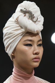 retour du turban chez Marc Jacobs a la fashion week de New York 2018 Grunge Fashion, New Fashion, Trendy Fashion, Runway Fashion, Fashion Show, Modest Fashion, Fashion 2018, Milan Fashion, Fashion News