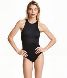 Schwarz. Durchgehend gefütterter Sportbadeanzug aus festem, schnelltrocknendem Funktionsmaterial. Der markante Rückenreißverschluss hat ein langes Zugband
