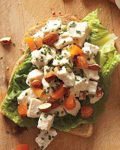 Insalata di pollo con mandorle e albicocche che possono essere sostituite anche con avocado o zucchine. La ricetta