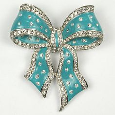 I love a bow brooch and I love Boucher vintage jewelry and I especially love THIS brooch! Boucher Turquoise Enamel and Spangles Bow Pin ca 1940 Bow Jewelry, Fine Jewelry, Jewelry Design, Fashion Jewelry, Jewellery, Crystal Jewelry, Jewelry Art, Silver Jewelry, Or Antique