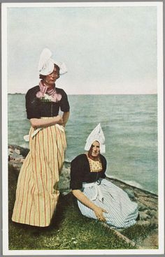 Twee vrouwen in dracht aan de oever van het IJsselmeer. 1940-1946 #NoordHolland #Volendam