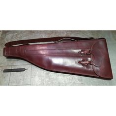 Funda de escopeta partida para dos cañones con diferente largura. Fabricada en cuero engrasado y de curticion vegetal.  #handicraft #artisan #leathercraft #leather #leatherwork #leathergoods #custom#handcut #handsew#huntig#madeinspain