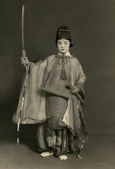 """""""Bronc"""" are boys of years old that are chosen to be messengers of the Gods in Japanese religious ceremonies. This tradition was introduced in feudal times. About Japan Female Samurai, Samurai Warrior, Woman Warrior, Japanese History, Japanese Culture, Nagoya, Osaka, Photos Du, Old Photos"""