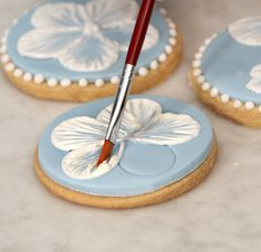 Check out this video for royal icing brush embroidery flower biscuits. We offer professional baking ingredients for biscuits & other treats, with recipe ideas Royal Icing Piping, Royal Icing Cakes, Royal Icing Flowers, Sugar Cookie Royal Icing, Cookie Icing, Royal Icing Decorated Cookies, Royal Icing Decorations, Mother's Day Cookies, Fancy Cookies