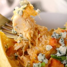 Enjoy the classic flavors of Buffalo chicken wings in a healthier way. Spooned into spaghetti squash boats and topped with blue cheese, this lighter version is just as tasty as the real deal but it will actually make you crave your veggies. Fitness Meal Prep, Healthy Meal Prep, Healthy Eating, Healthy Food, Vegetarian Recipes, Cooking Recipes, Healthy Recipes, Vegetarian Lunch, Cooking Ideas